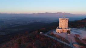 Cerje-Monument von oben stock footage