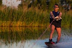 Cerkassy l'ucraina 27 maggio 2018 Un uomo sta guidando wakeboarding sul fiume Dnepr fotografie stock