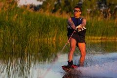Cerkassy l'ucraina 27 maggio 2018 Un uomo sta guidando wakeboarding sul fiume Dnepr fotografia stock