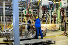 Cerkasy, Ucraina - 17 giugno 2013: La linea di produzione per il montaggio di nuovi veicoli Immagini Stock