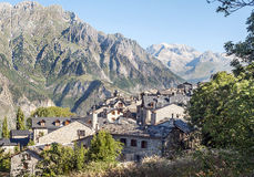 Cerler village. Where you see some stone houses surrounded by hight mountains on a clear day. It is located in the Spanish Pyrenees in Huesca stock images