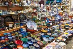 Cerámica turca en el bazar magnífico en Estambul Imagenes de archivo