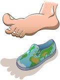 Cernido descalzo grande sobre un pequeño zapato del mapa del mundo Foto de archivo libre de regalías