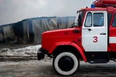 Cernivci/Ucraina - 03/19/2018: Autopompa antincendio con le sirene e le luci blu con fuoco su fondo Fotografia Stock