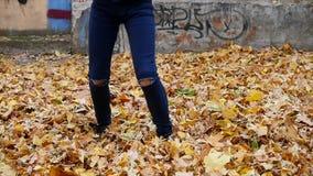 Cernivci, Ucraina - 12 10 2017: giovane bello dancing della ragazza in un parco donna in jeans che ballano nella via archivi video