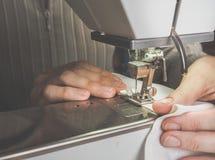 Cerowanie cajgi na szwalnej maszynie fotografia royalty free