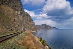 Cerque el autobús con barandilla en el camino de Circum-Baikal al sur del lago Baikal fotos de archivo libres de regalías
