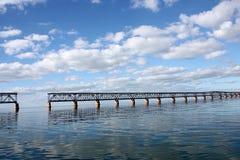 Cerque el puente con barandilla en Bahia Honda en la visión a largo plazo de las llaves de la Florida con reflexiones y el cielo  fotografía de archivo libre de regalías