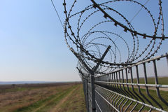 Cerque la guerra criminal del metal de la cárcel del área restricta del campo baja imagen de archivo