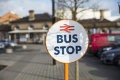 Cerque la parada de autobús con barandilla del autobús del reemplazo en la estación de Loughborough, Loughboro imagenes de archivo