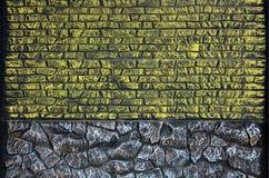 Cerque la textura de piedras coloreadas alargadas en colores calientes Weathered manchó el tipo moderno de la cerca Wal concreto  Fotos de archivo libres de regalías