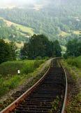 Cerque o trajeto nas montanhas em um fundo de montes da montanha Fotografia de Stock Royalty Free