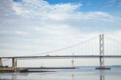 Cerque a ponte sobre o delta de adiante, cruzando-se entre o pífano e o Edimburgo no crepúsculo Fotografia de Stock