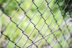 Cerque a rede, conceito do limite para que uma cerca seja travada Feche acima do teste padr?o Barb Wire imagem de stock royalty free