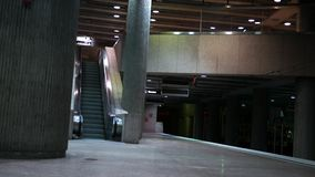 Cerrado abajo de tiro de la estación de metro subterráneo vacía en la noche metrajes