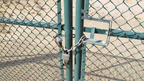 Cerrado adentro con una cadena oxidada Fotos de archivo