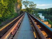 Cerrado encima de ferrocarril de la muerte en luz de la tarde Foto de archivo