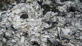 Cerrado encima de la ceniza del papel quemado del ídolo chino después de la adoración religiosa para el te Fotografía de archivo libre de regalías