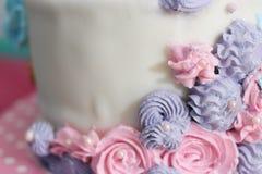 Cerrado encima de lado de la torta poner crema con el espacio fotografía de archivo libre de regalías