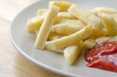 Cerrado encima de las patatas fritas y de la salsa de tomate Imágenes de archivo libres de regalías