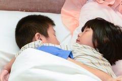 Cerrado encima de niños durmientes, abrace junto Foto de archivo