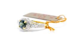 Cerrado encima del zafiro azul con el isolat blanco del anillo del diamante y de oro foto de archivo libre de regalías