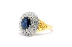 Cerrado encima del zafiro azul con el isolat blanco del anillo del diamante y de oro imagen de archivo libre de regalías