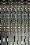 cerrado para arriba de equalizador del aire/de la consola y del botón del mezclador de sonidos y Fotos de archivo libres de regalías