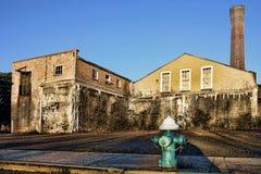Cerrado y subido encima de fábrica abandonada vieja Imagen de archivo libre de regalías