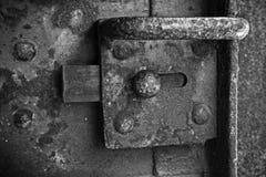 Cerradura aherrumbrada vieja montada en la puerta de acero imagenes de archivo