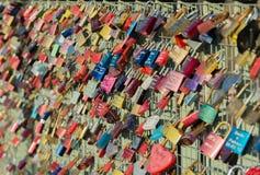 Cerradura colorida del amor en los puentes de Pauli Landing del santo foto de archivo libre de regalías