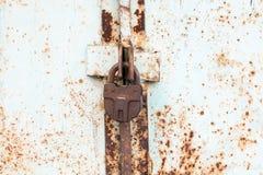 Cerradura de acero en la puerta gris oxidada del metal Primer Fotografía de archivo