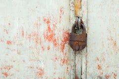 Cerradura de acero en la puerta gris oxidada del metal Primer Imagen de archivo libre de regalías