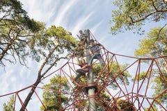 Cerradura de cables plásticos con la barra de acero en el parque Fotos de archivo