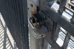 Cerradura de coj?n resistente vieja y oxidada que asegura la puerta aan del hierro, primer fotos de archivo libres de regalías