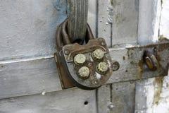 Cerradura de combinación vieja en puertas viejas del metal, primer foto de archivo