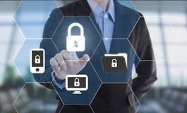 Cerradura de datos de la seguridad del botón del presionado a mano del hombre de negocios Imagenes de archivo