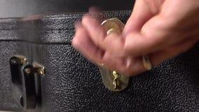Cerradura de la caja de la guitarra de la abertura de la mano del hombre Concepto del principio o del funcionamiento 4K se cierra almacen de metraje de vídeo