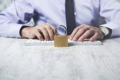 Cerradura de la mano del hombre con el teclado fotos de archivo