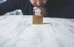 Cerradura de la mano del hombre en la tabla imagen de archivo libre de regalías