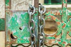 Cerradura de la puerta verde con la cadena Imágenes de archivo libres de regalías