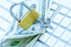 Cerradura de la seguridad en billetes de dólar con el teclado de ordenador blanco Imagen de archivo