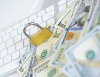 Cerradura de la seguridad en billetes de dólar con el teclado de ordenador blanco Fotografía de archivo libre de regalías
