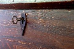 Cerradura de madera antigua de la llave maestra del pecho Fotos de archivo