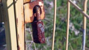 Cerradura de puerta aherrumbrada obsoleta, cerradura de la puerta de jard?n, almacen de video