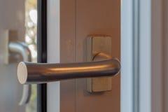 Cerradura de puerta con la manija y la llave fotos de archivo libres de regalías