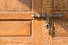 Cerradura de puerta de cobre amarillo del estilo asiático fotografía de archivo