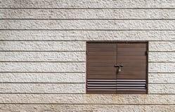 Cerradura de puerta en la pared exterior imagen de archivo libre de regalías