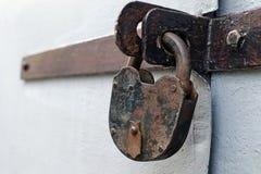 Cerradura de puerta oxidada pero confiable vieja de granero - el concepto de prohibición o de protección fotos de archivo libres de regalías