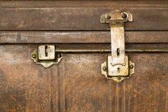 Cerradura de un viejo cierre del ataúd del metal para arriba imagenes de archivo